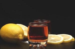 Из-за лимона коньяк теряет вкус и лечебные свойства