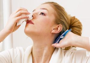 Прикладывать ватный тампон не стоит - нужно плотно закупорить ноздри