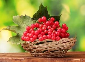 Ягоды с листьями в соломенной вазе